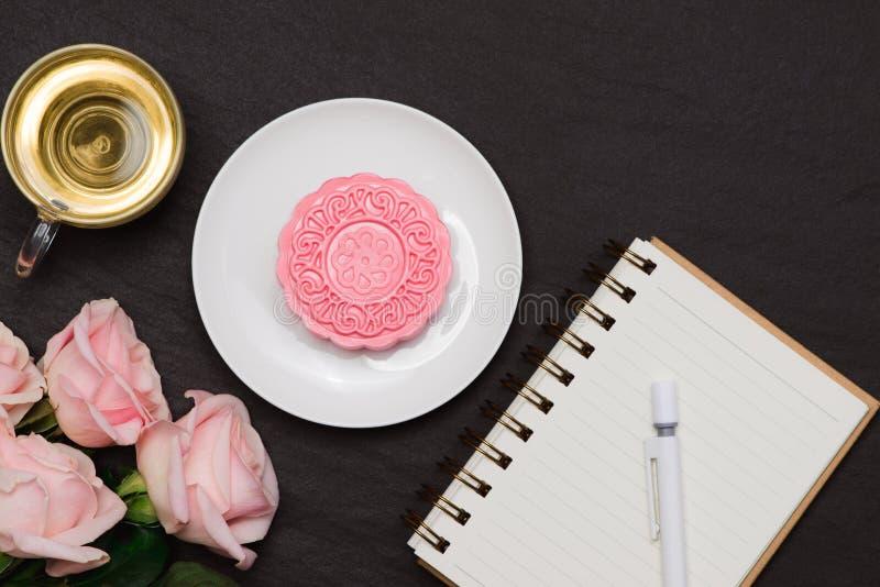 Mooncake tradicional chino delicioso del bocado en la tabla imágenes de archivo libres de regalías