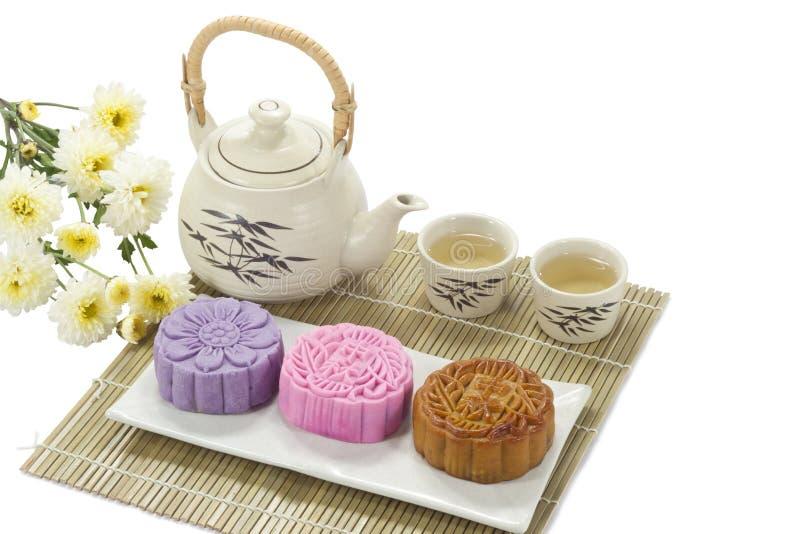 Mooncake trois avec du thé images libres de droits