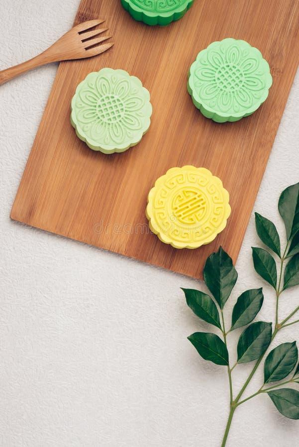 Mooncake und Tee, chinesisches mittleres Herbstfestivallebensmittel Winkelsicht von oben lizenzfreie stockbilder