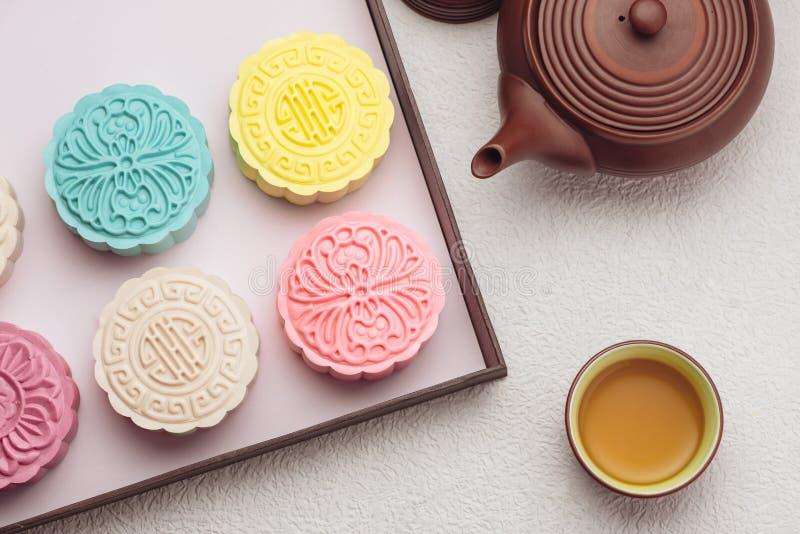 Mooncake und Tee, chinesisches mittleres Herbstfestivallebensmittel Winkelsicht von oben lizenzfreies stockbild
