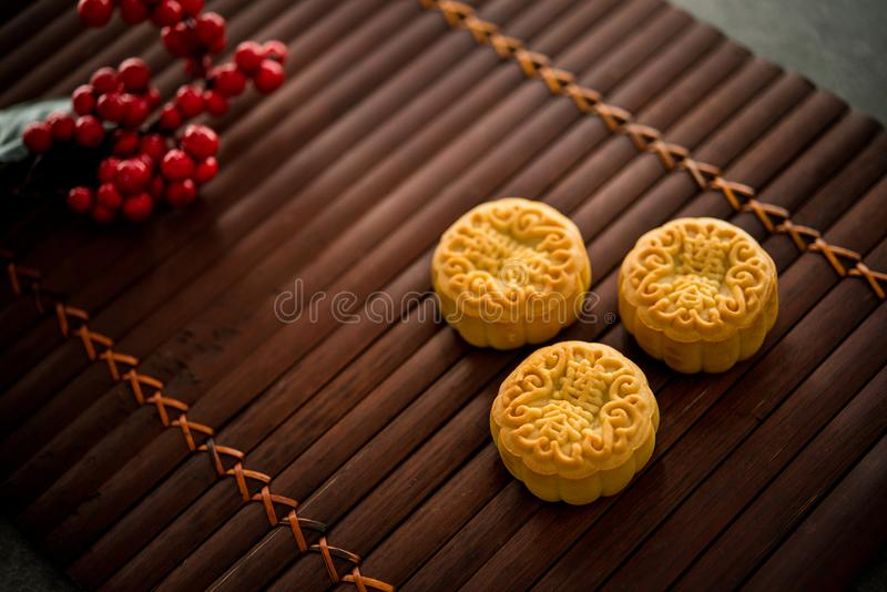 Mooncakes στο χαμηλό φως χαλιών μπαμπού στοκ φωτογραφίες