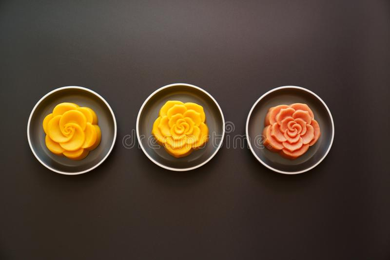 Mooncakes chineses coloridos imagens de stock royalty free