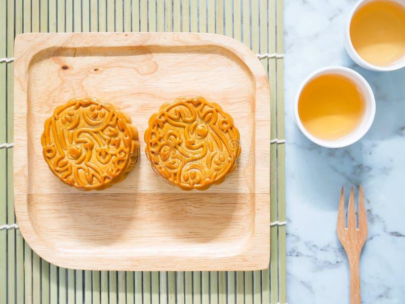 Mooncakes na drewnianym talerzu z filiżankami herbata zdjęcia royalty free