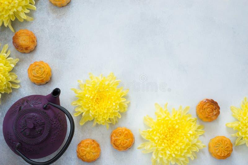 Mooncakes te, krysantemum blommar på grå bakgrund med kopieringsutrymme Kinesisk mitt--höst festivalmat royaltyfria foton
