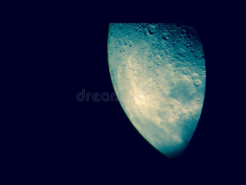 Moonen… i en molnig natt arkivfoton