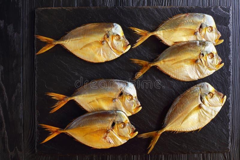 Moonfishes fumés froids sur le plateau d'ardoise photo stock