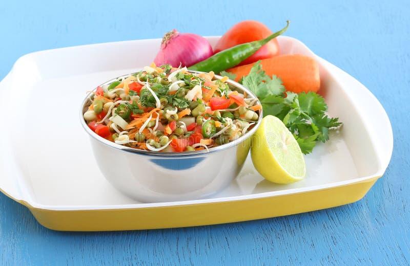 Moong brotado comida vegetariana sana en un cuenco de acero imagenes de archivo