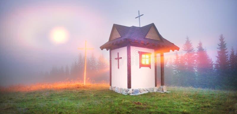 Moonrise över den lilla kyrkan i Carpathians royaltyfri foto