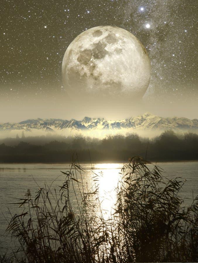 Moonrise över floden och bergen royaltyfri illustrationer