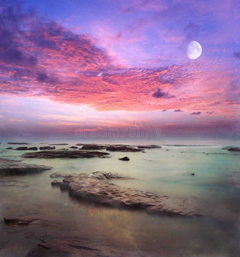 Moonrise över havfantasibakgrund stock illustrationer