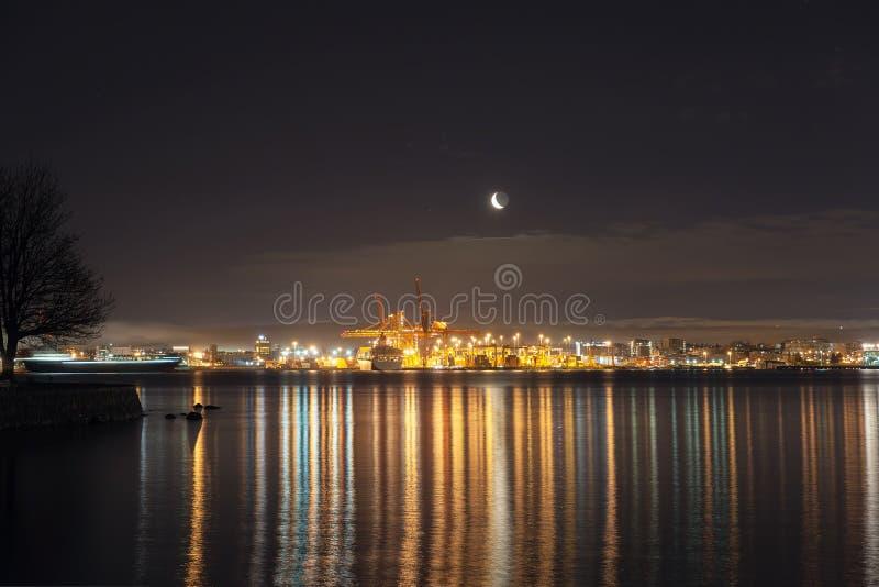 Moonrise över port av Vancouver F. KR. arkivbilder