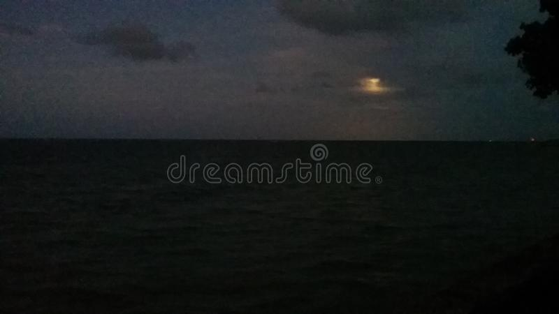 Moonrise über dem Meer stockbild