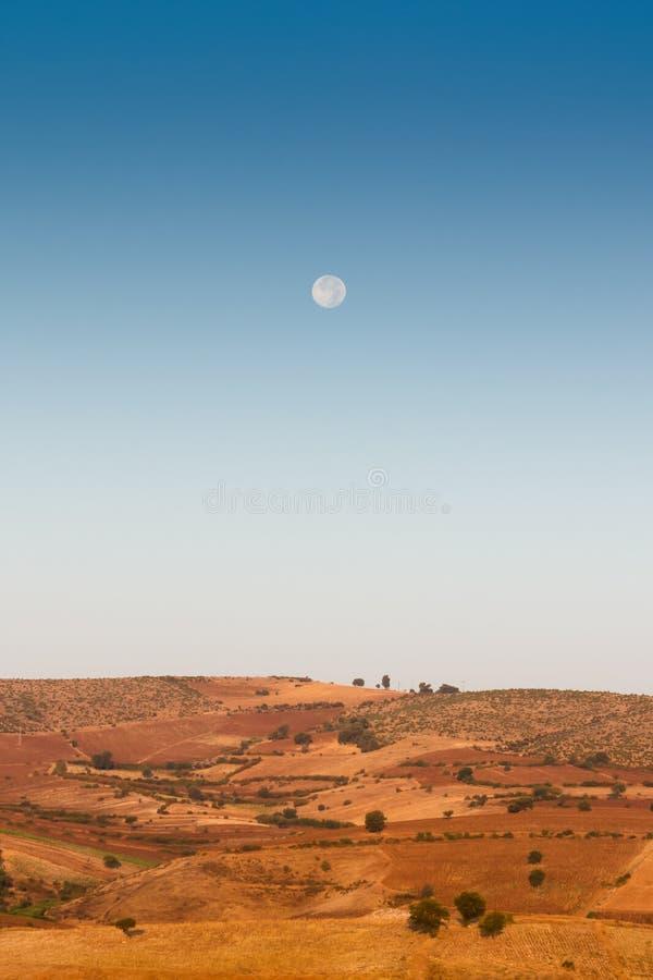 Moonrise über den Hügeln nahe dem türkischen Dorf Oymaagac stockfotografie