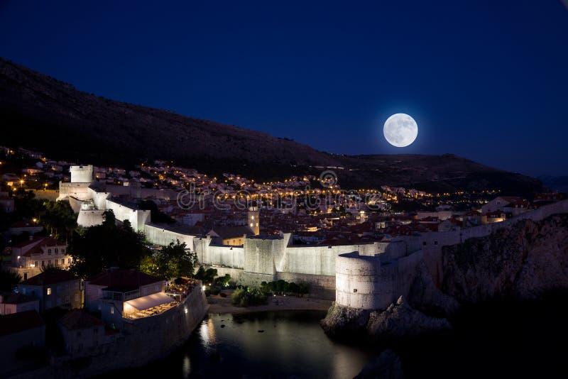 Moonrise über Dubrovnik lizenzfreie stockfotos