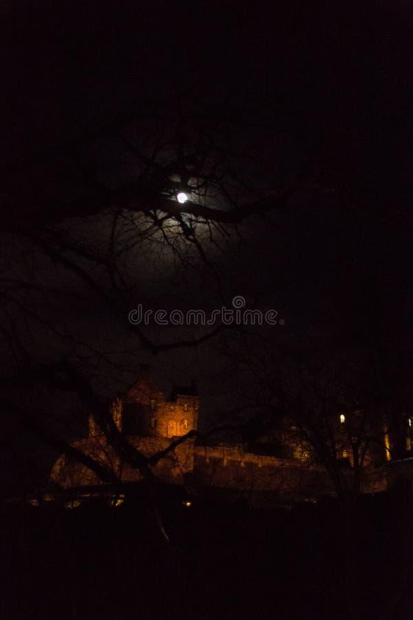 Moonrise über Edinburgh-Schloss in Schottland nachts stockfoto