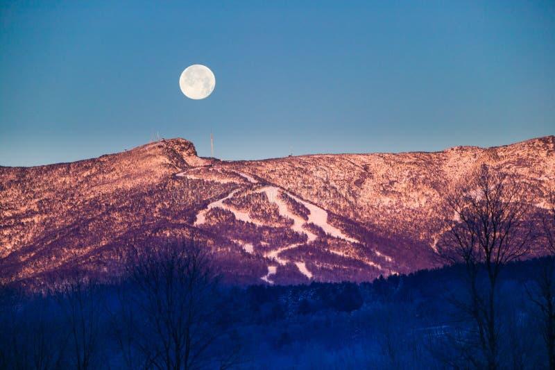 Moonrise über Mt. Mansfield, Stowe, Vermont, USA lizenzfreies stockbild