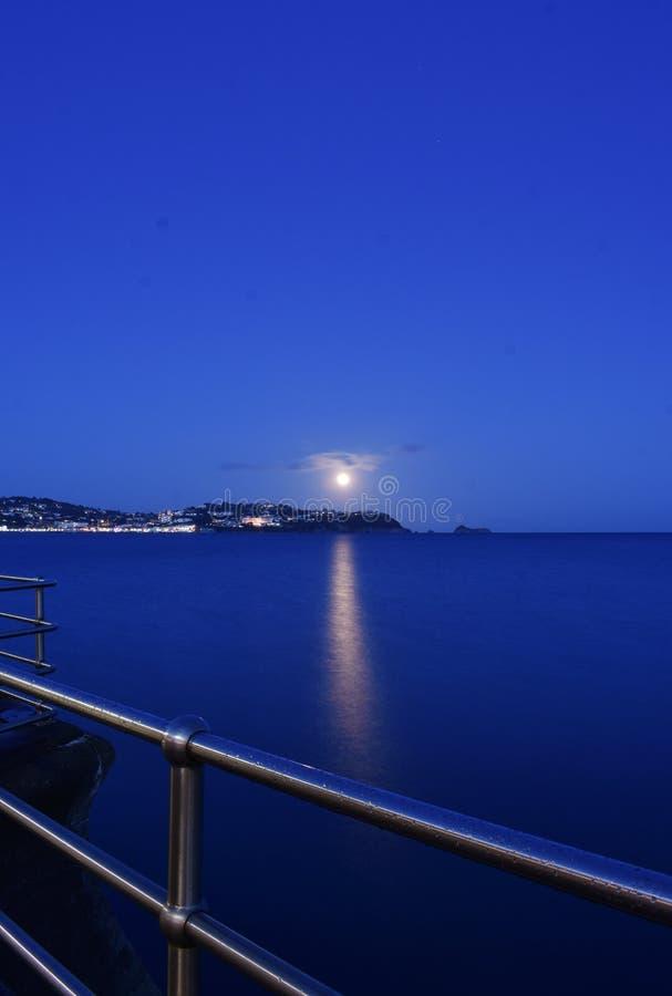 Moonrise über Torquay lizenzfreie stockbilder