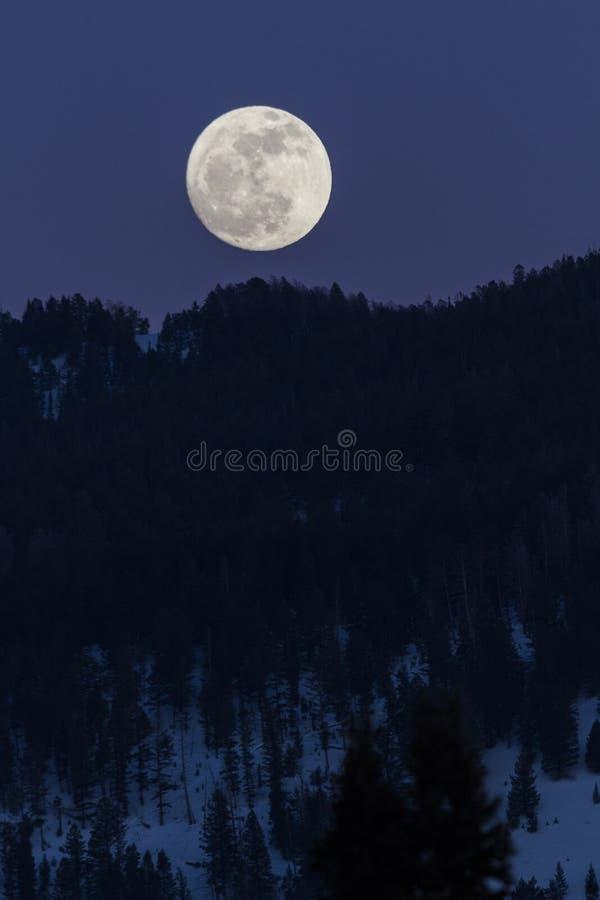 Moonrise auf den Bergen stockbild