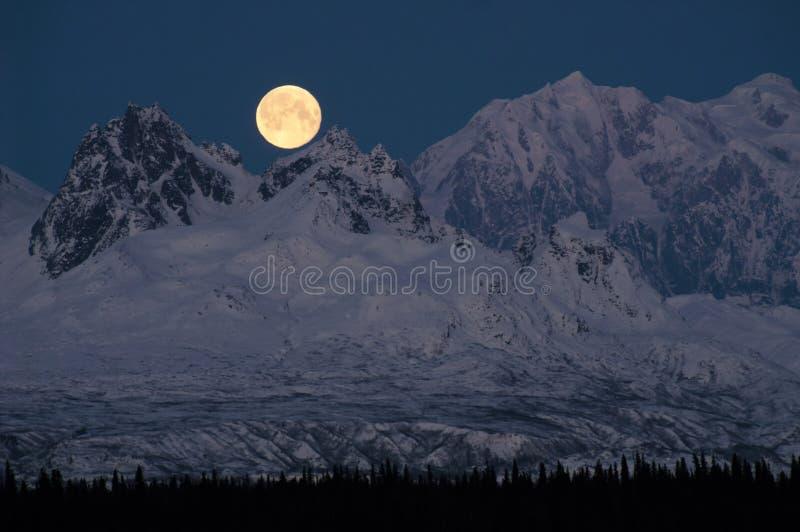 Moonrise completo sobre a meia-noite de Alaska da escala do Monte McKinley Denali fotografia de stock royalty free
