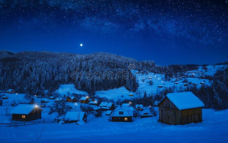 Moonrise in een sterrige hemel over het bergdorp stock foto's