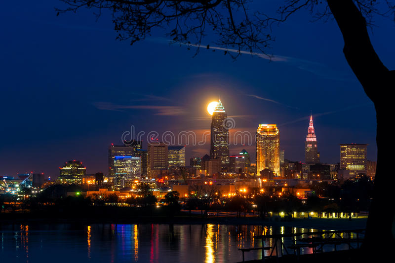 Moonrise hinter Cleveland stockbild