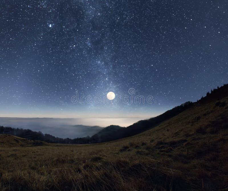 Moonrise i bergen royaltyfria bilder