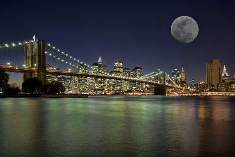 Moonrise i New York City royaltyfria bilder