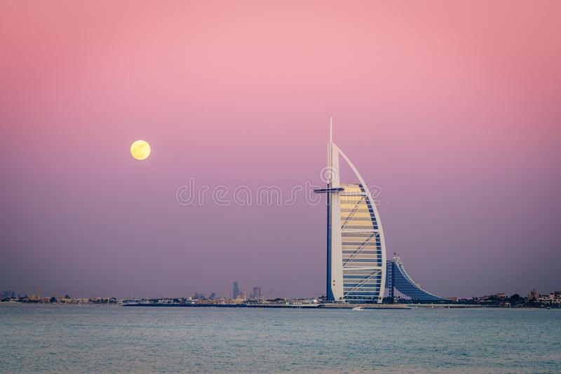 Moonrise nad Burj Al arabem fotografia royalty free