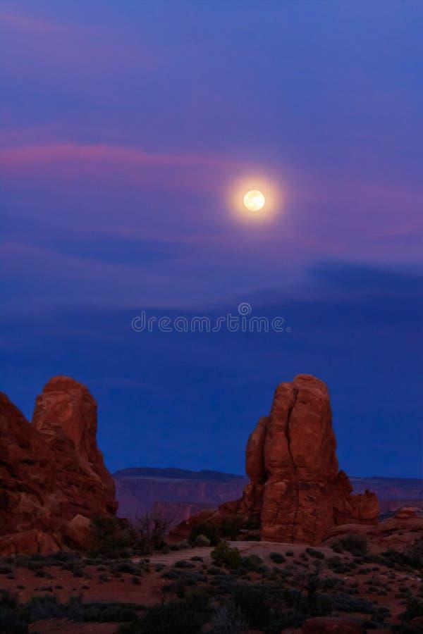 Moonrise Nad pustynią w łuku parku narodowym fotografia royalty free