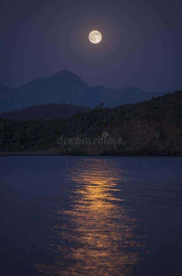 Moonrise nad wzgórzami fotografia stock