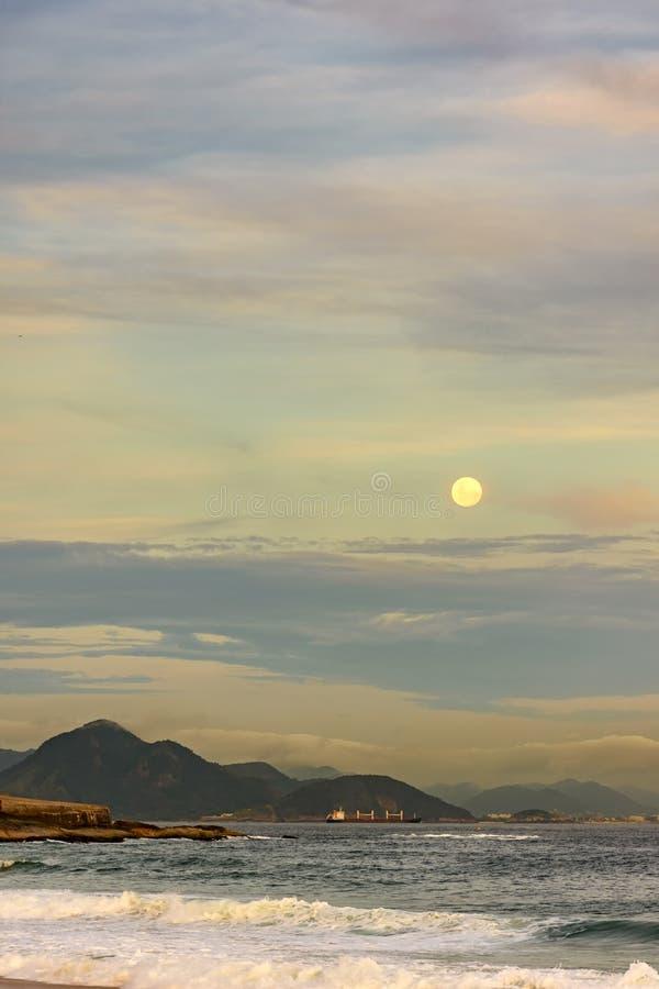 Moonrise over Rio de Janeiro stock foto