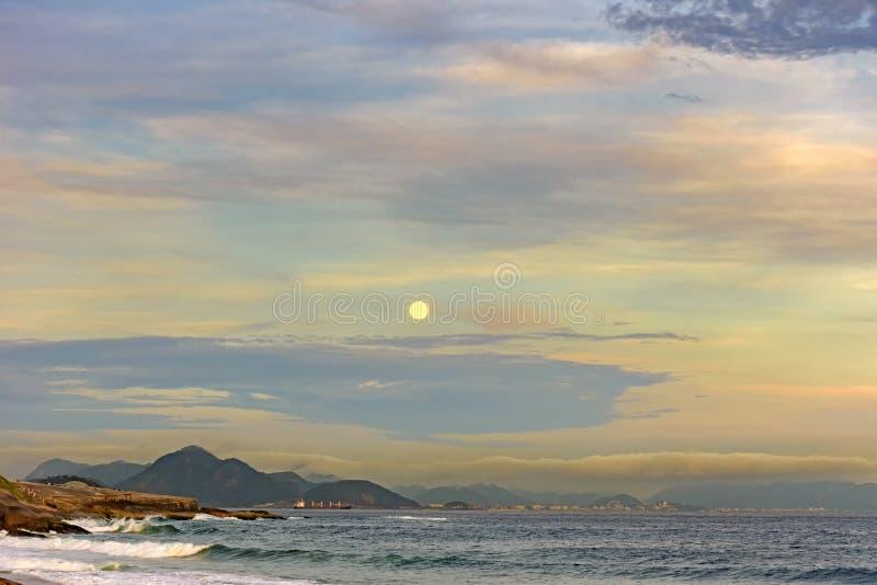 Moonrise over Rio de Janeiro royalty-vrije stock afbeeldingen