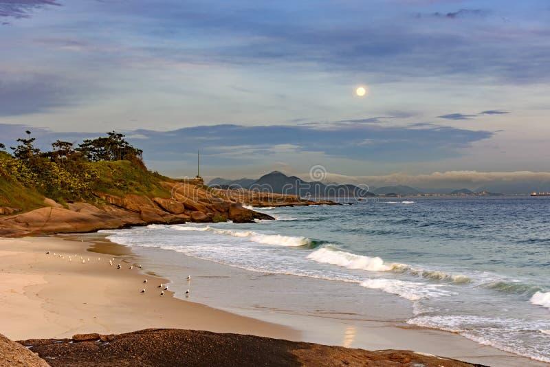 Moonrise over Rio de Janeiro royalty-vrije stock foto's