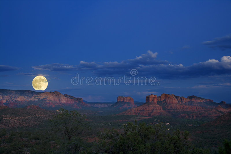 moonrise przez czerwone skały zdjęcie stock