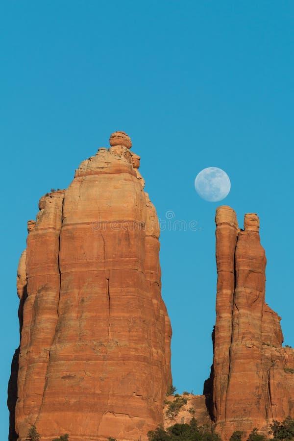 moonrise przez czerwone skały obrazy stock
