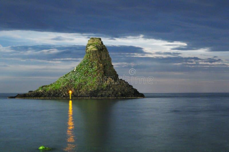 Moonrise Sicilia Itália Italia de Acitrezza Faraglioni - terras comuns criativas pelo gnuckx m&m fotografia de stock