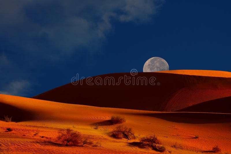 Moonrise sobre as dunas fotos de stock