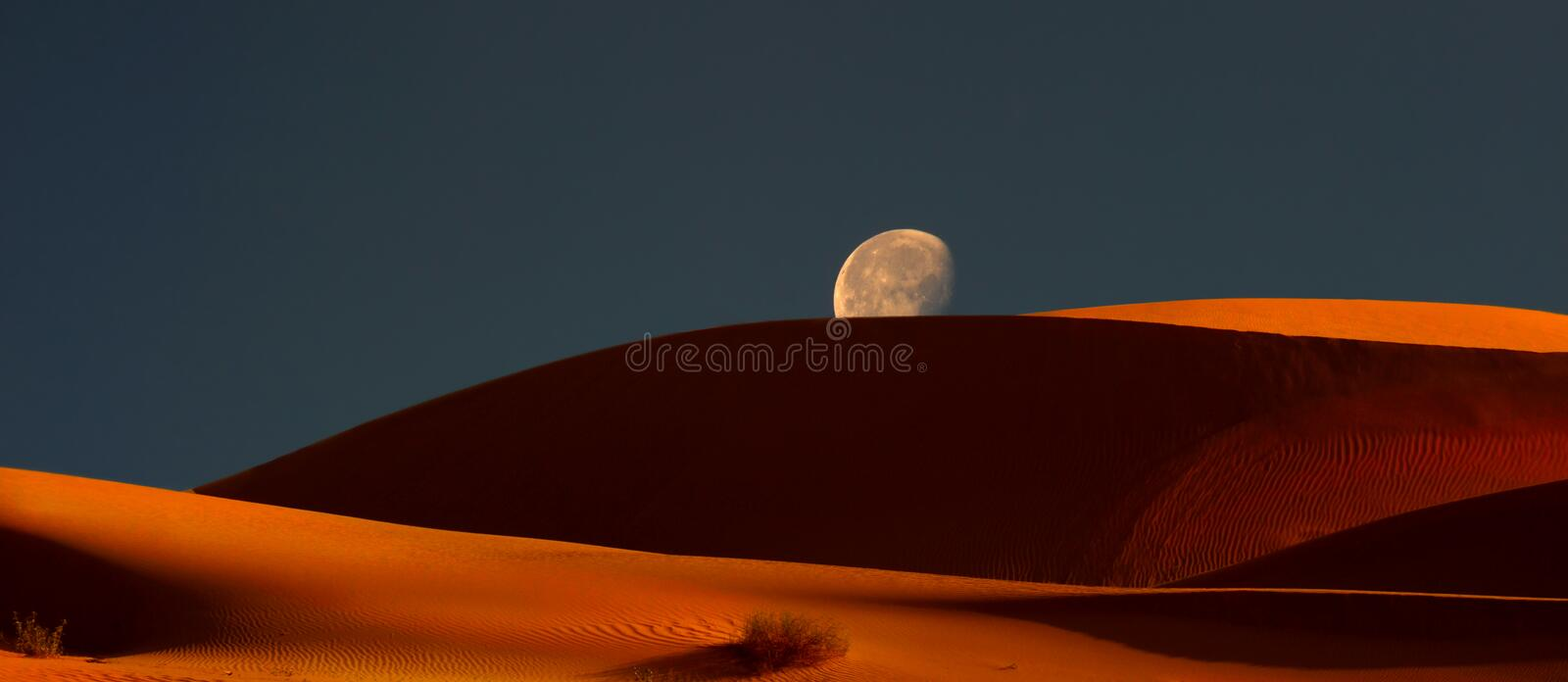 Moonrise sobre as dunas imagem de stock