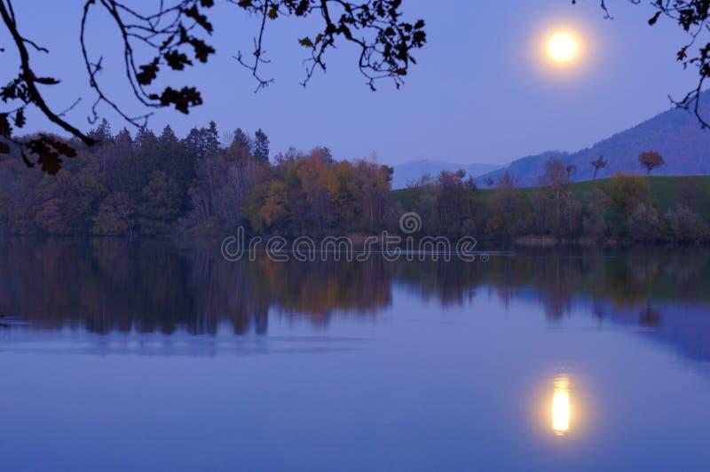 Moonrise sobre o lago fotos de stock