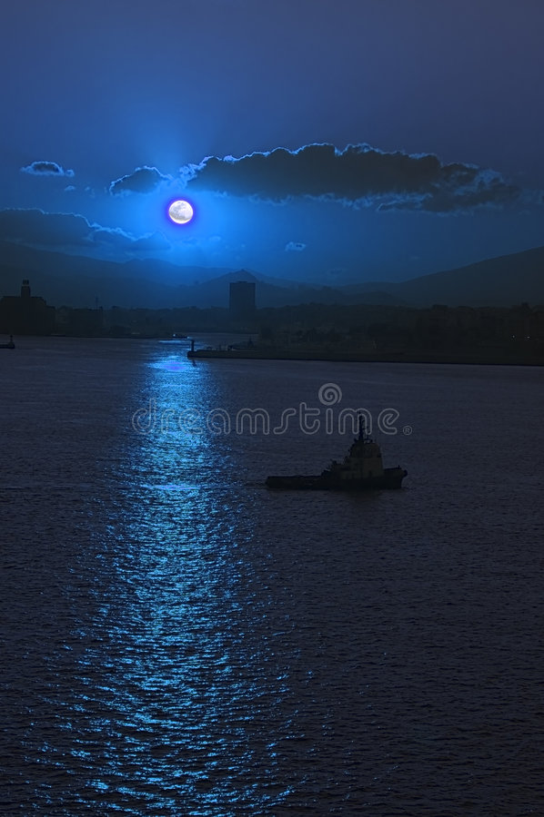 Moonrise sopra il porto di Atene immagini stock libere da diritti