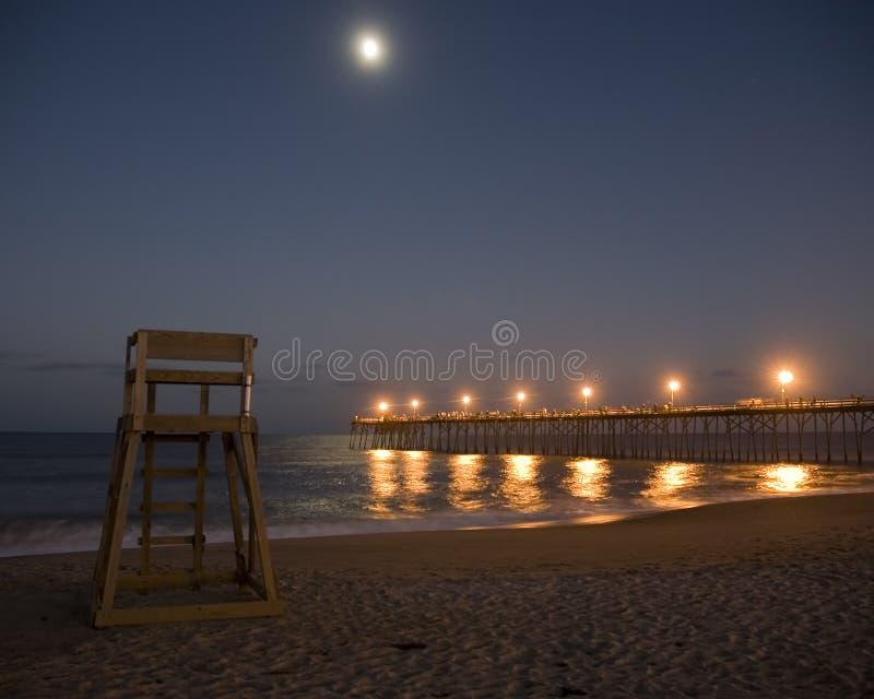 Moonrise sopra la spiaggia fotografie stock