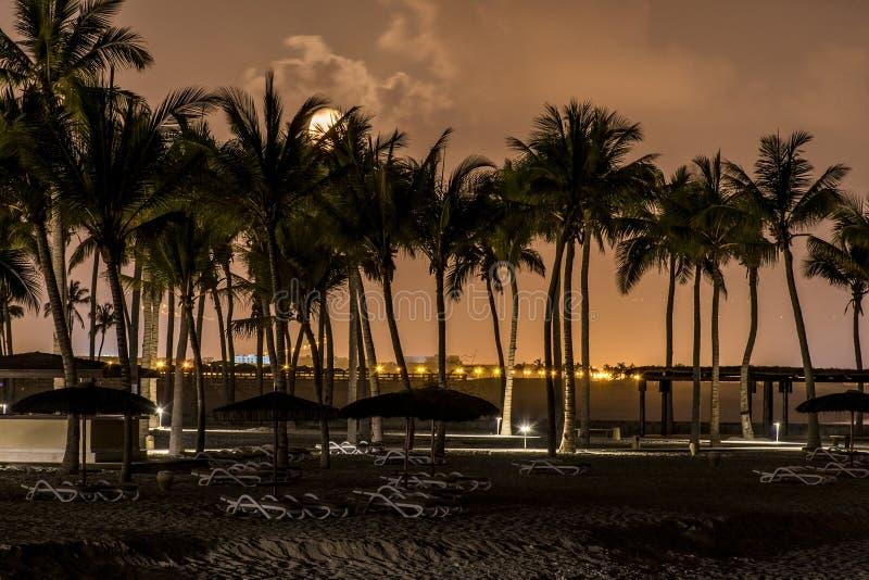 Moonscape月亮设置了在souly海湾海滩塞拉莱阿曼 免版税库存图片