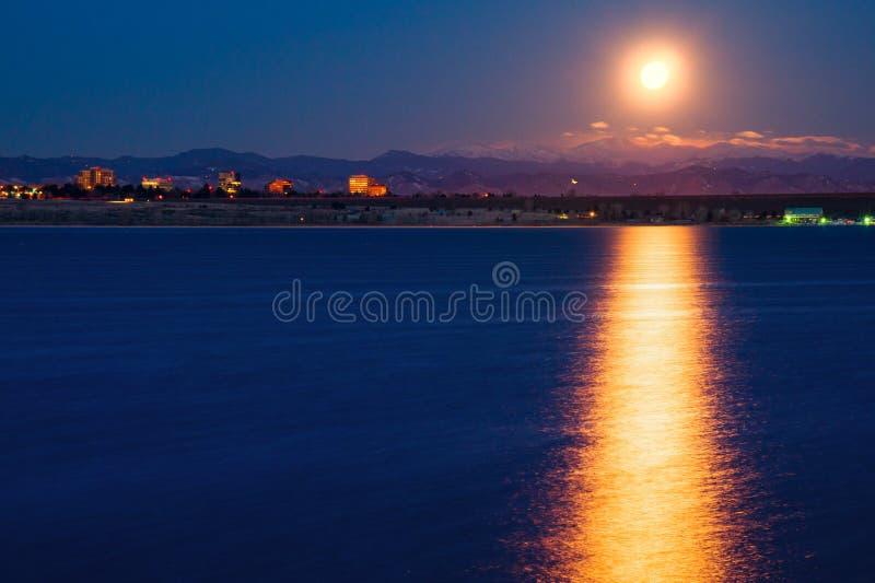 Moonset über Cherry Creek State Park In Colorado stockfoto