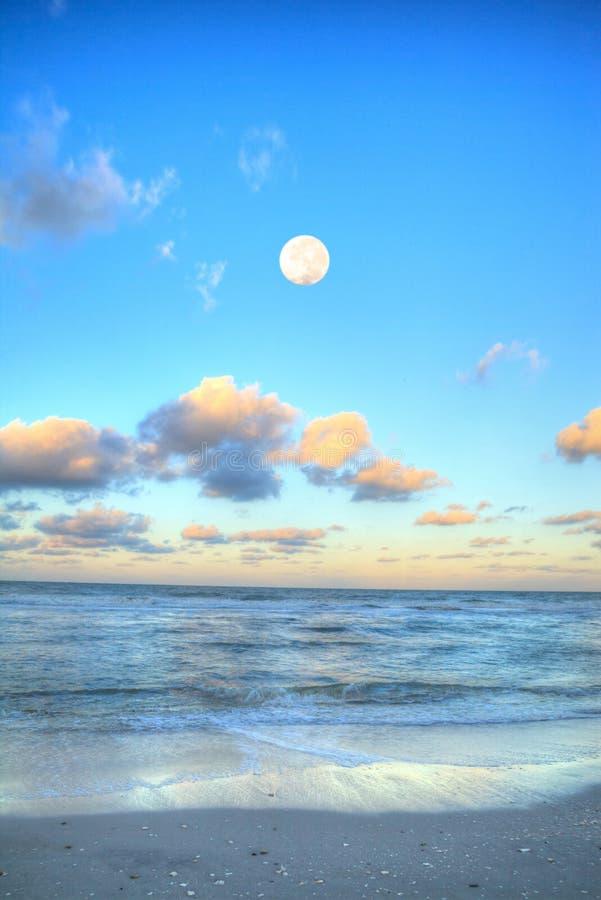 Moonset über dem Ozean an Vanderbilt-Strand bei Sonnenuntergang lizenzfreie stockfotografie