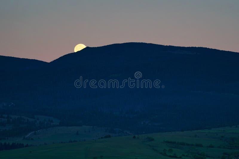 Moonset über den Bergen stockfotografie