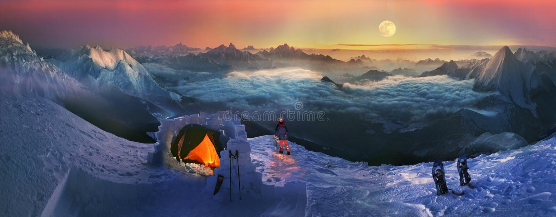 Moonset στα υψηλά βουνά στοκ εικόνες με δικαίωμα ελεύθερης χρήσης