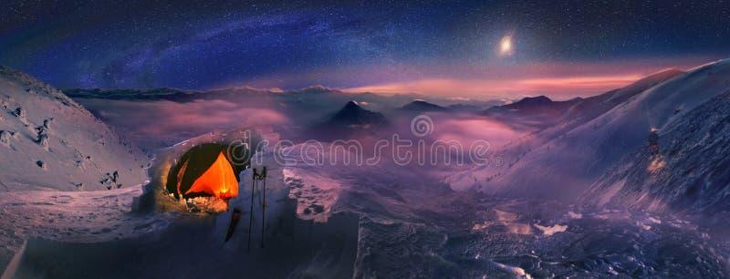 Moonset στα υψηλά βουνά στοκ εικόνες