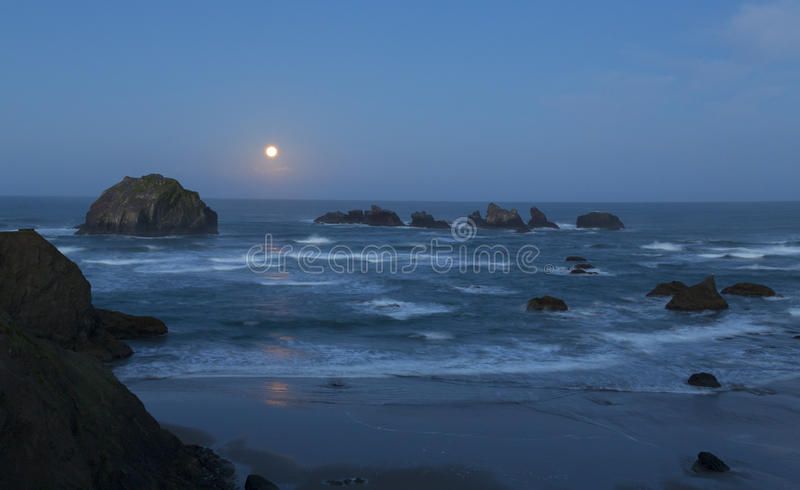Moonset на восходе солнца стоковая фотография
