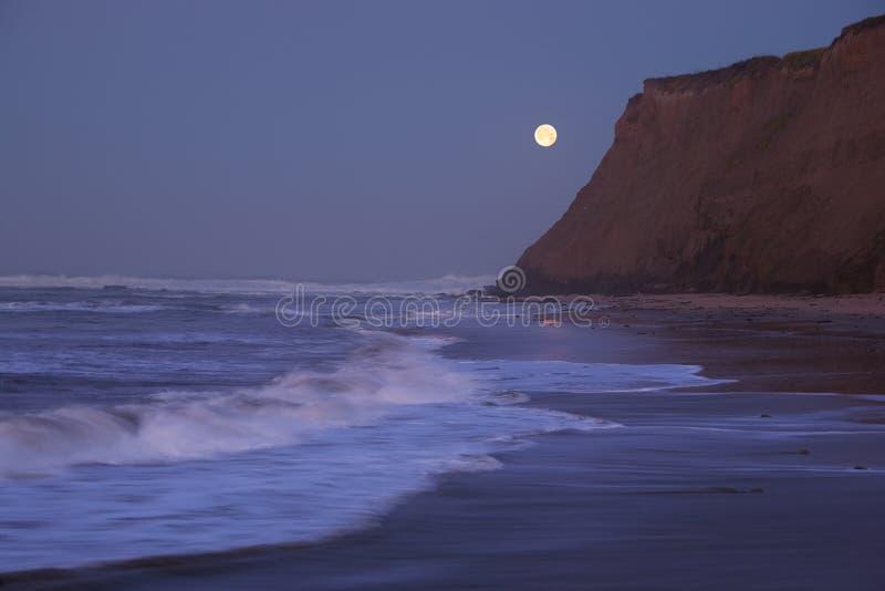 Moonset bij de Halve Baai van de Maan stock afbeelding