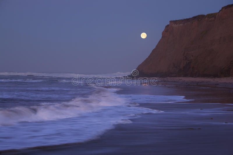 Moonset en Half Moon Bay imagen de archivo